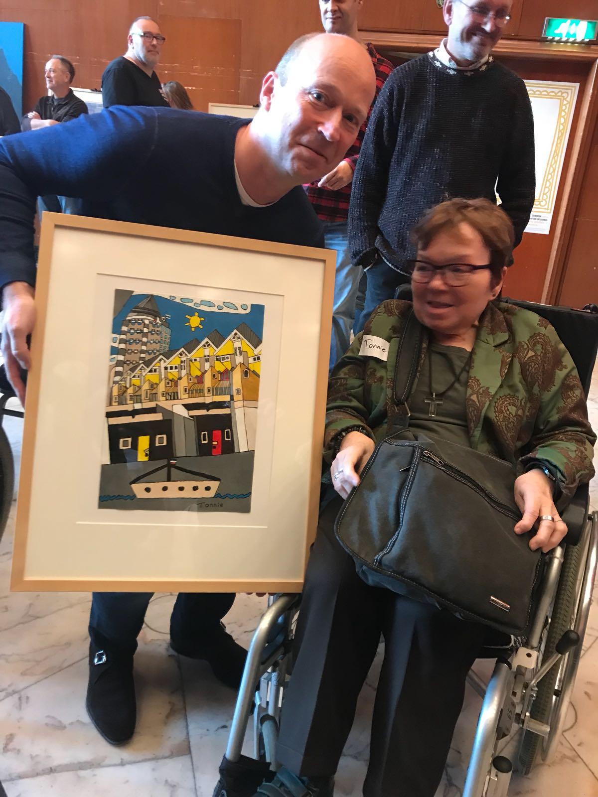 Het werk van kunstenaar Tonnie met een beperking wordt geveild op de Buitengewone kunstveiling in Rotterdam