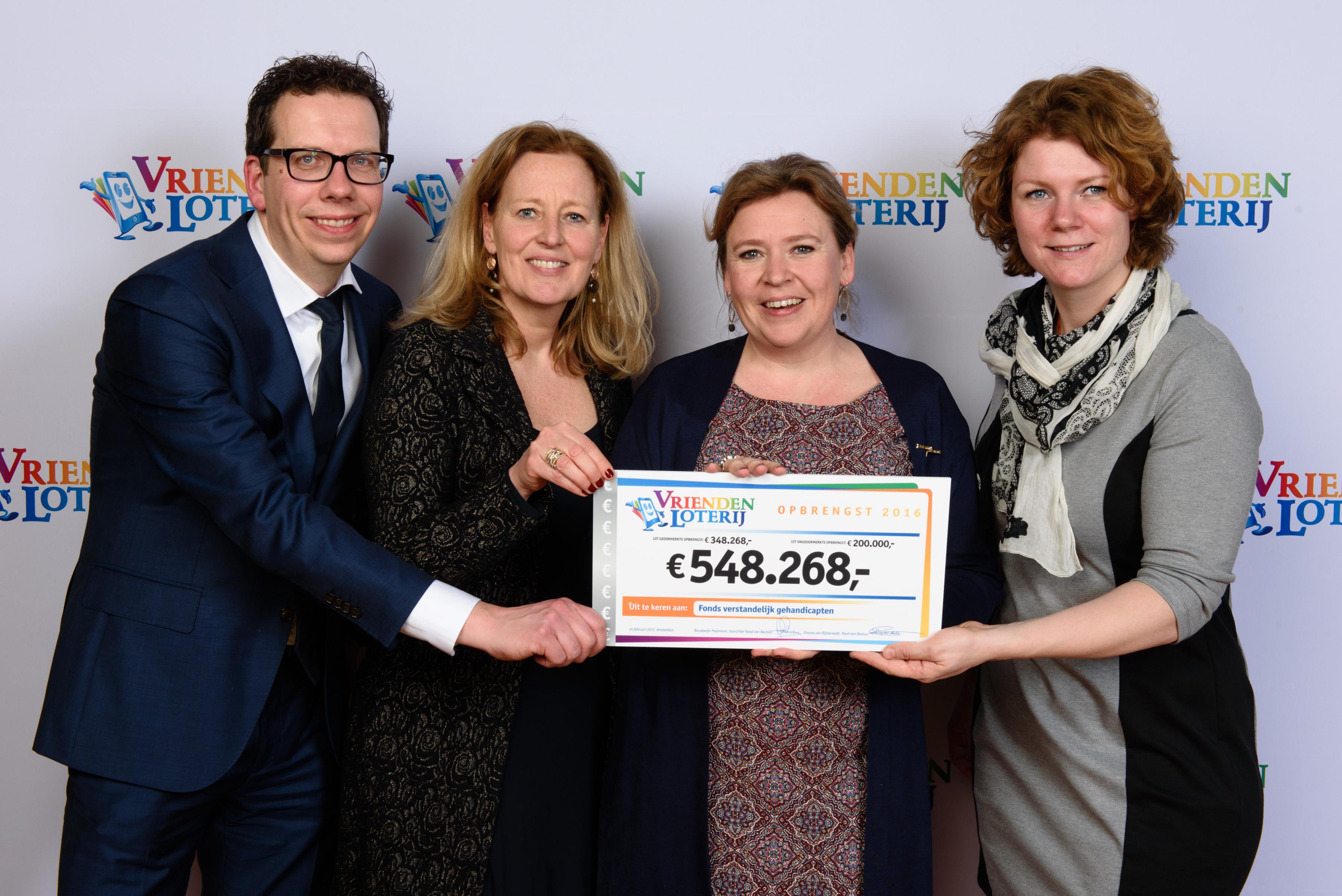 Team HandicapNL neemt cheque in ontvangst samen met MS Stichting op Goed Geld Gala