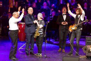 Wimpie en De Dominos met-Paul de Leeuw en Frank-Ebbe op het podium tijdens het KnoopGala