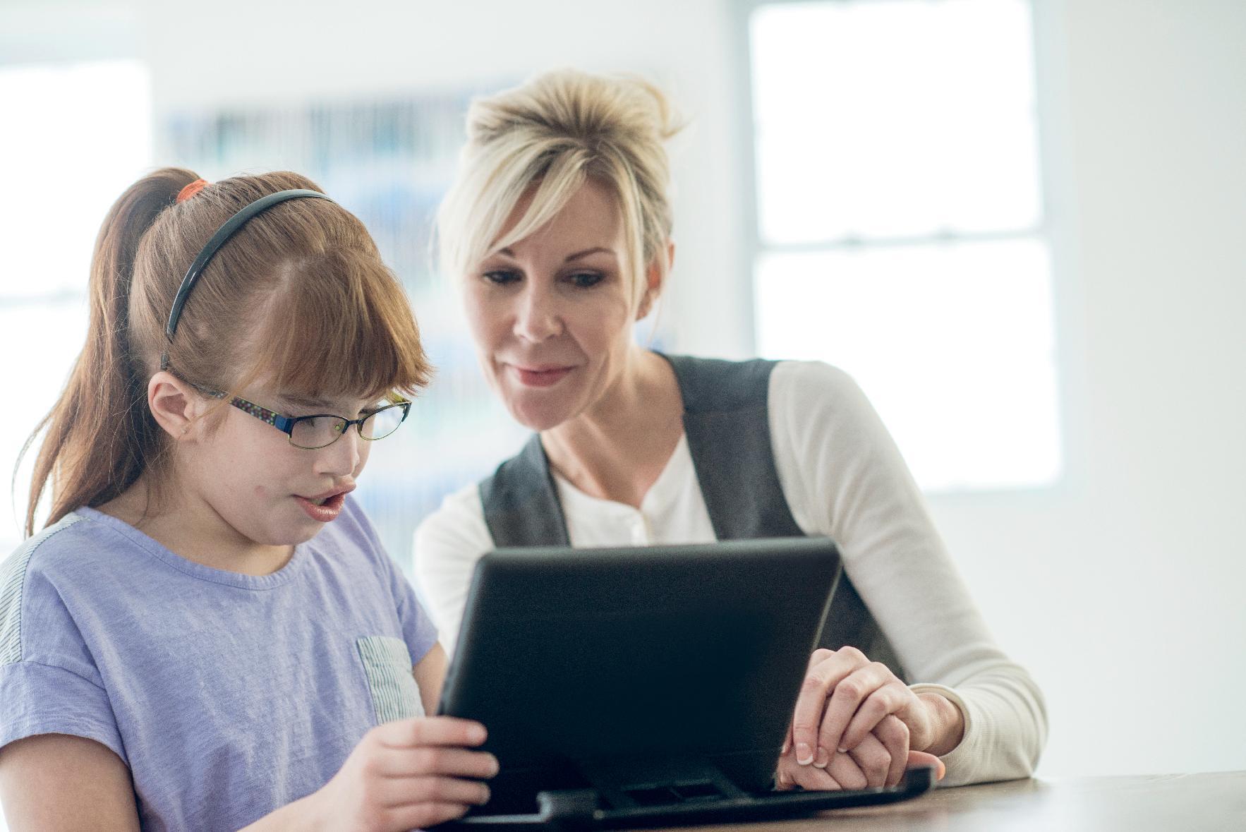 Meisje verstandelijke beperking met begeleider  aan de slag met social media training