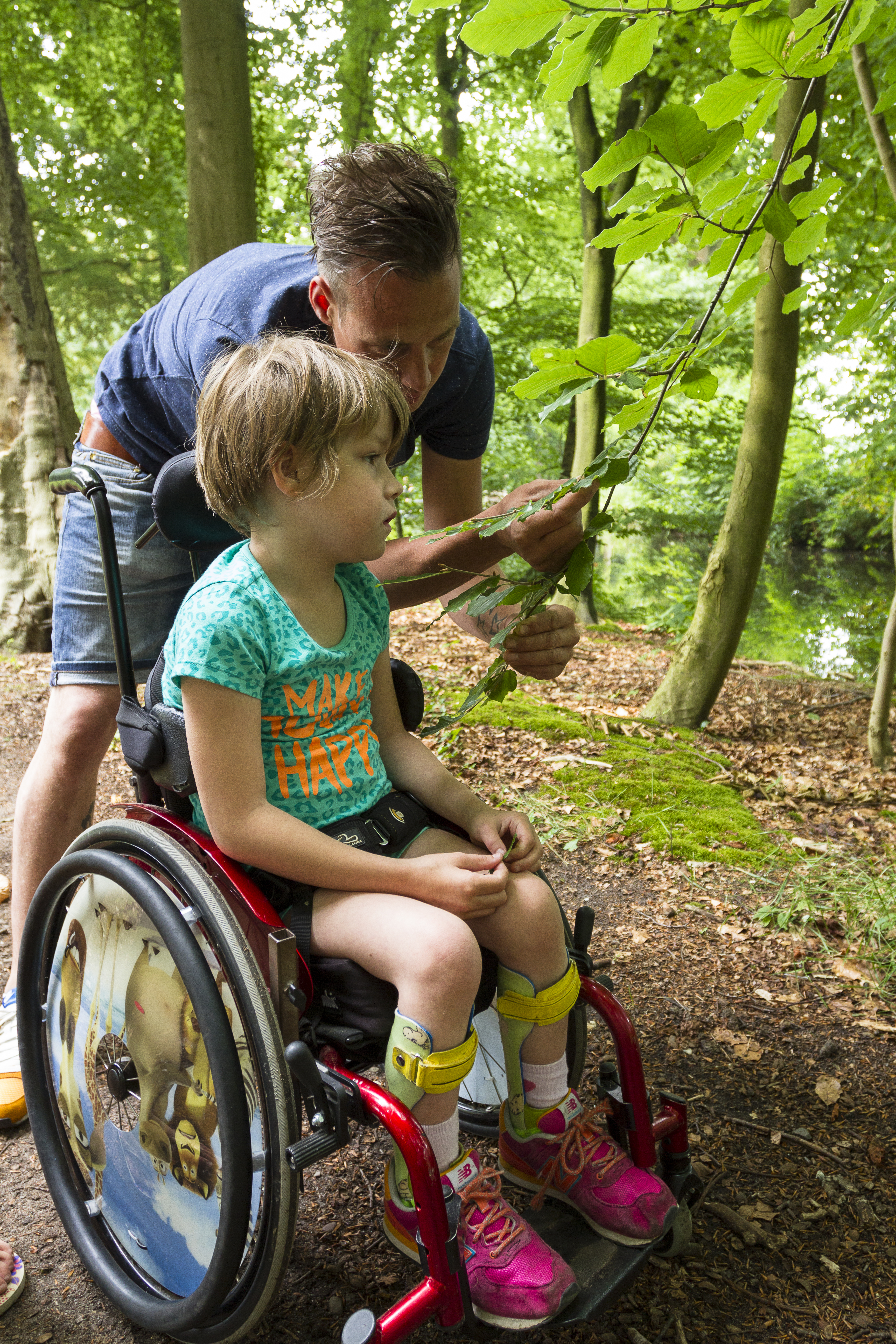 Kind in rolstoel in toegankelijk natuurgebied