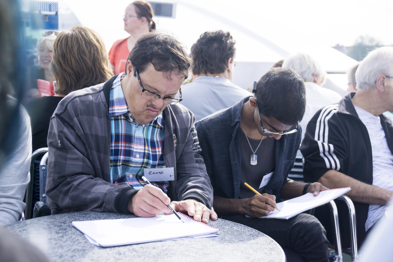 Kunstenaars aan het tekenen tijdens BuitenGewoon kunst in Utrecht