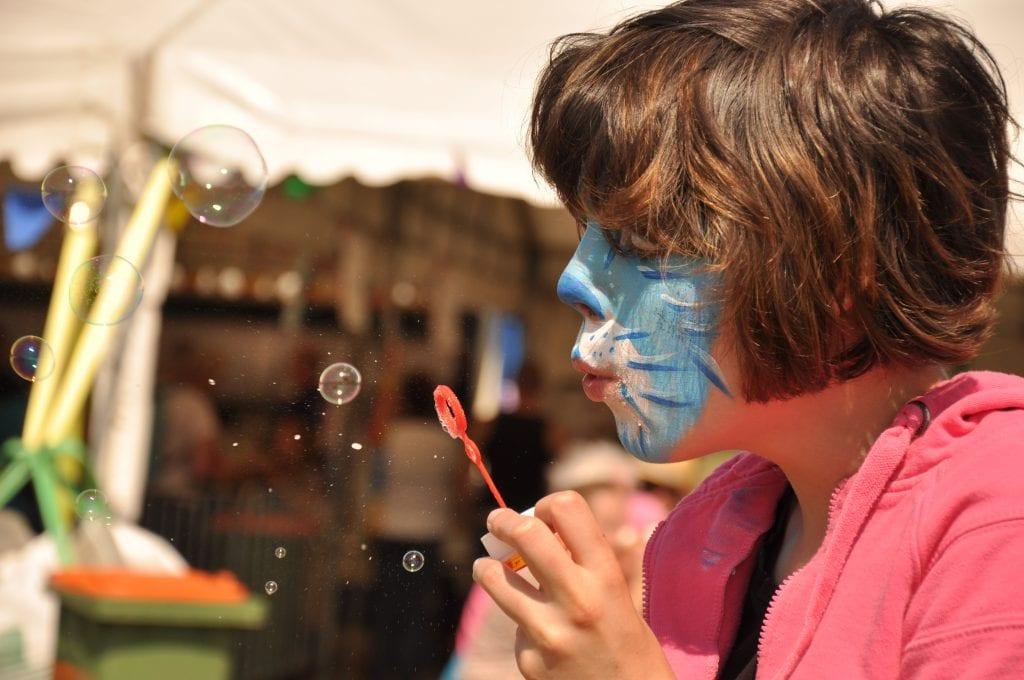 Meisje met een verstandelijke beperking geniet van vakantieopvang bij Stichting Wielewaal