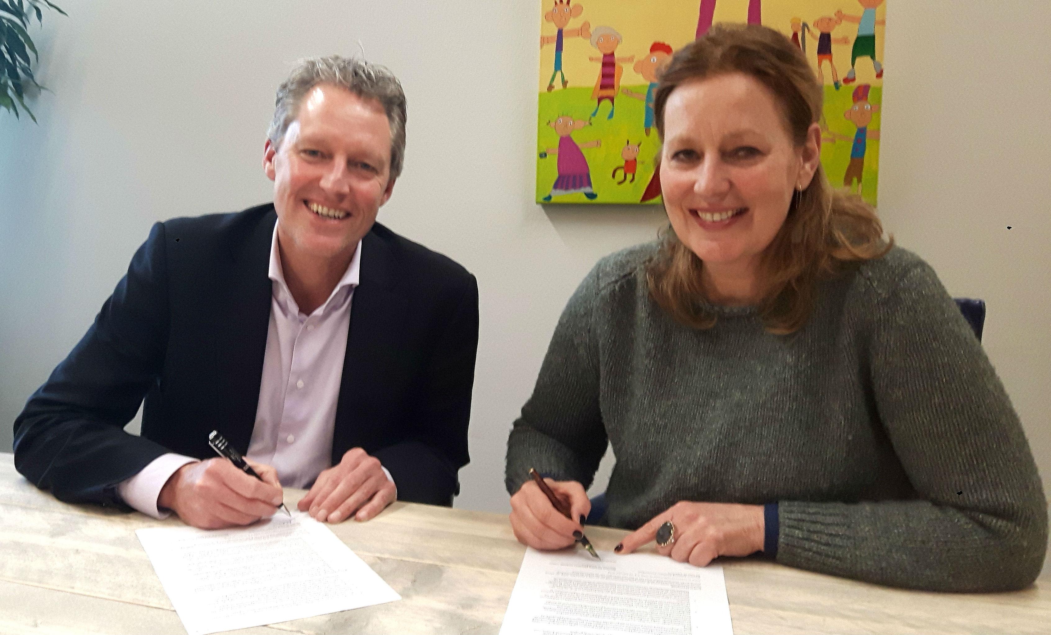 Tekenen overeenkomst samenwerking door Danielle Schutgens Directeur HandicapNL en Directeur Triathlon Veenendaal