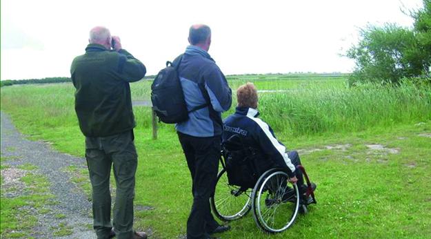 Mensen met een fysieke beperking aan het genieten van natuur-en recreatiegebieden in Nederland