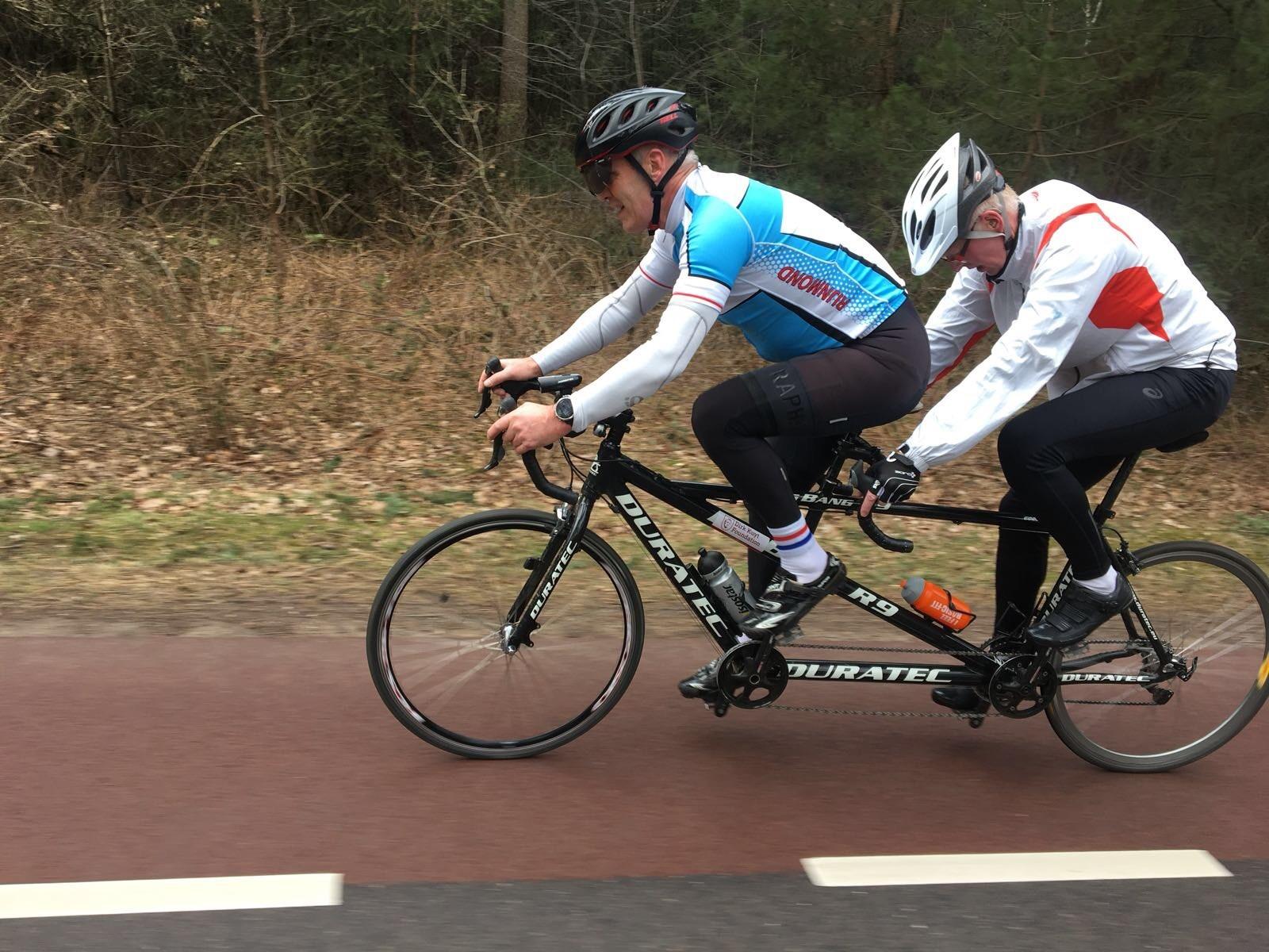 Triatleet met een visuele beperking op een tandem tijdens de Triatlon Veenendaa