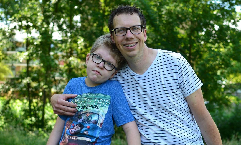 Jeroen met zijn zoon Teun die een verstandelijke beperking heeft