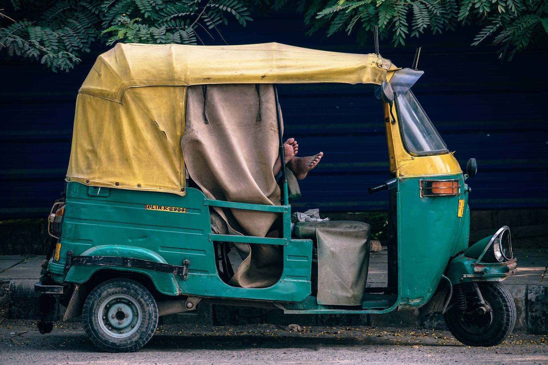Aziatische tuktuk op de weg
