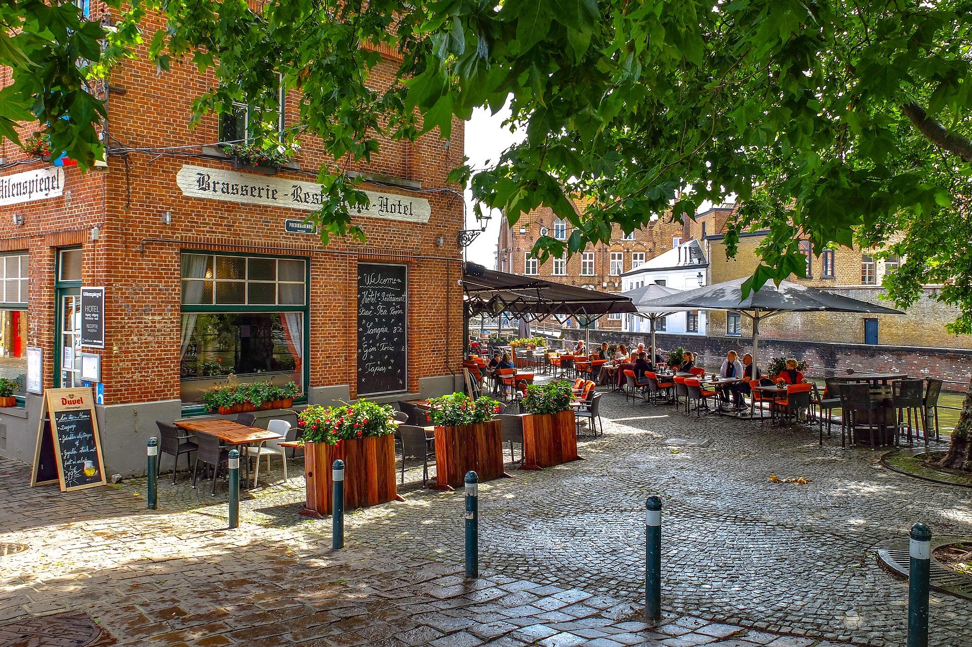 Gezellig dorpsplein met cafe