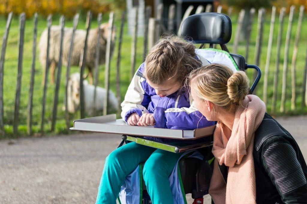 Meisje met een meervoudige beperking in rolstoel