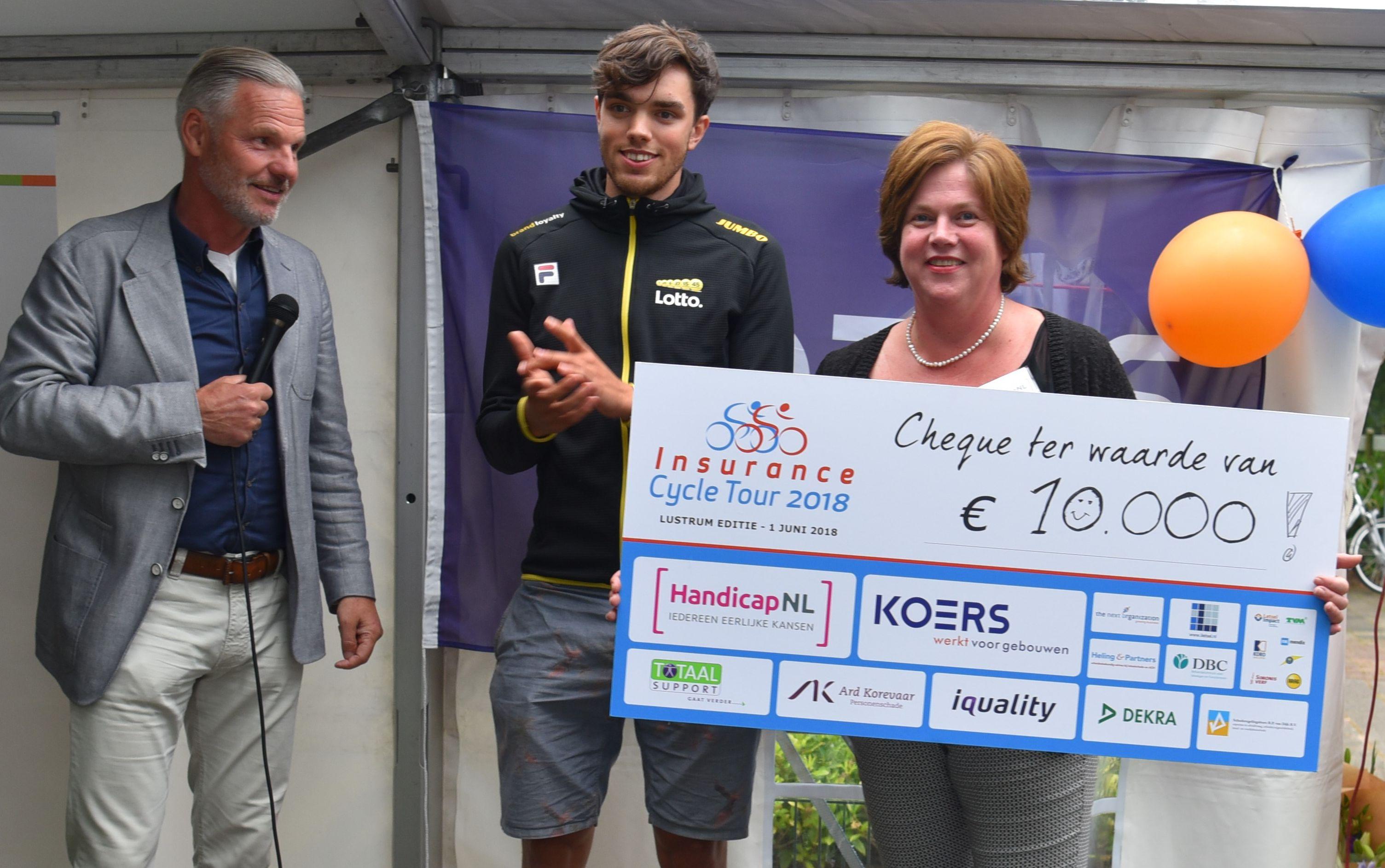 Linda Ostendorp medewerker HandicapNL met de check van de Insurance Cycle Tour 2018