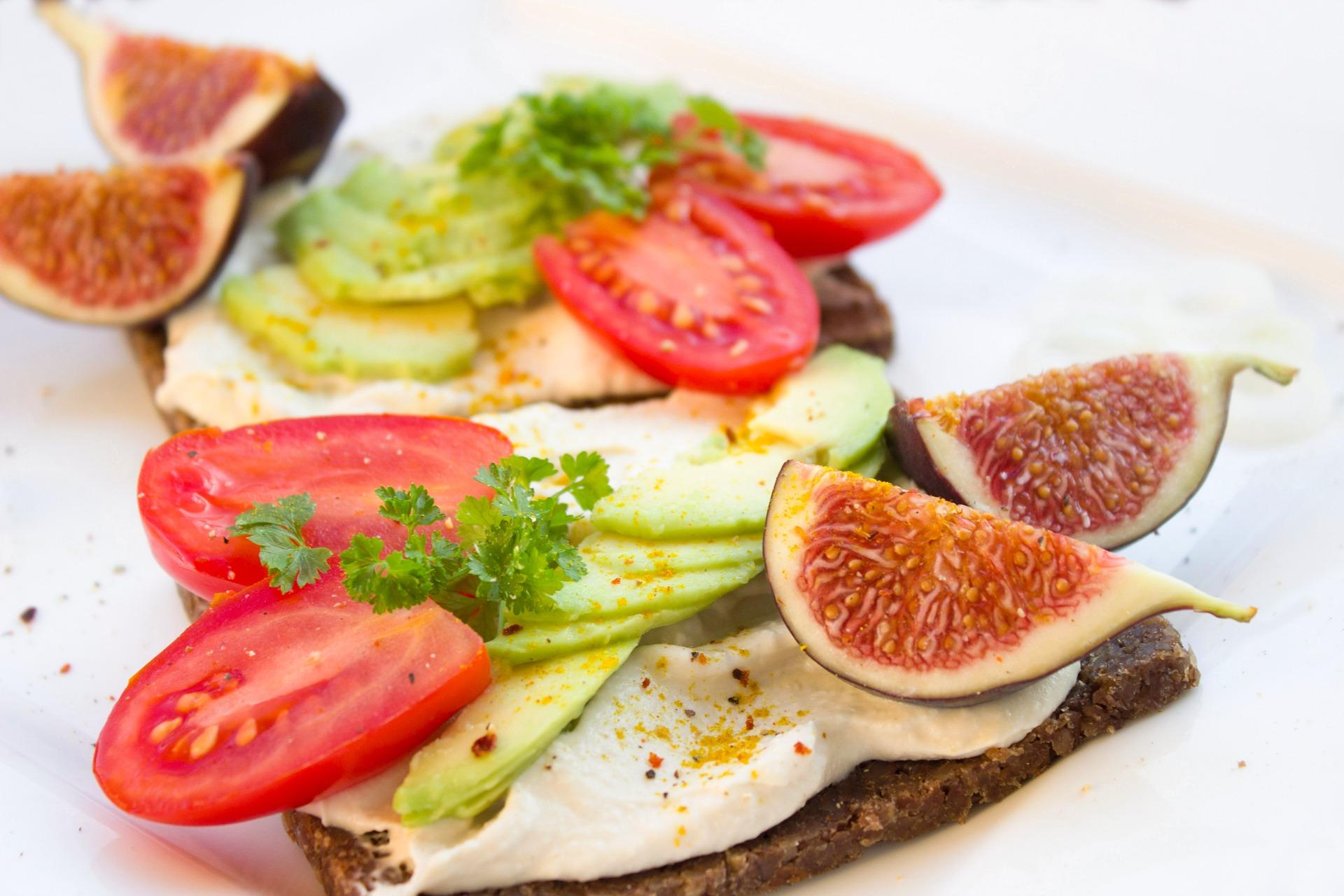 Roggebrood met kipfilet, avocado, tomaat en vijgen