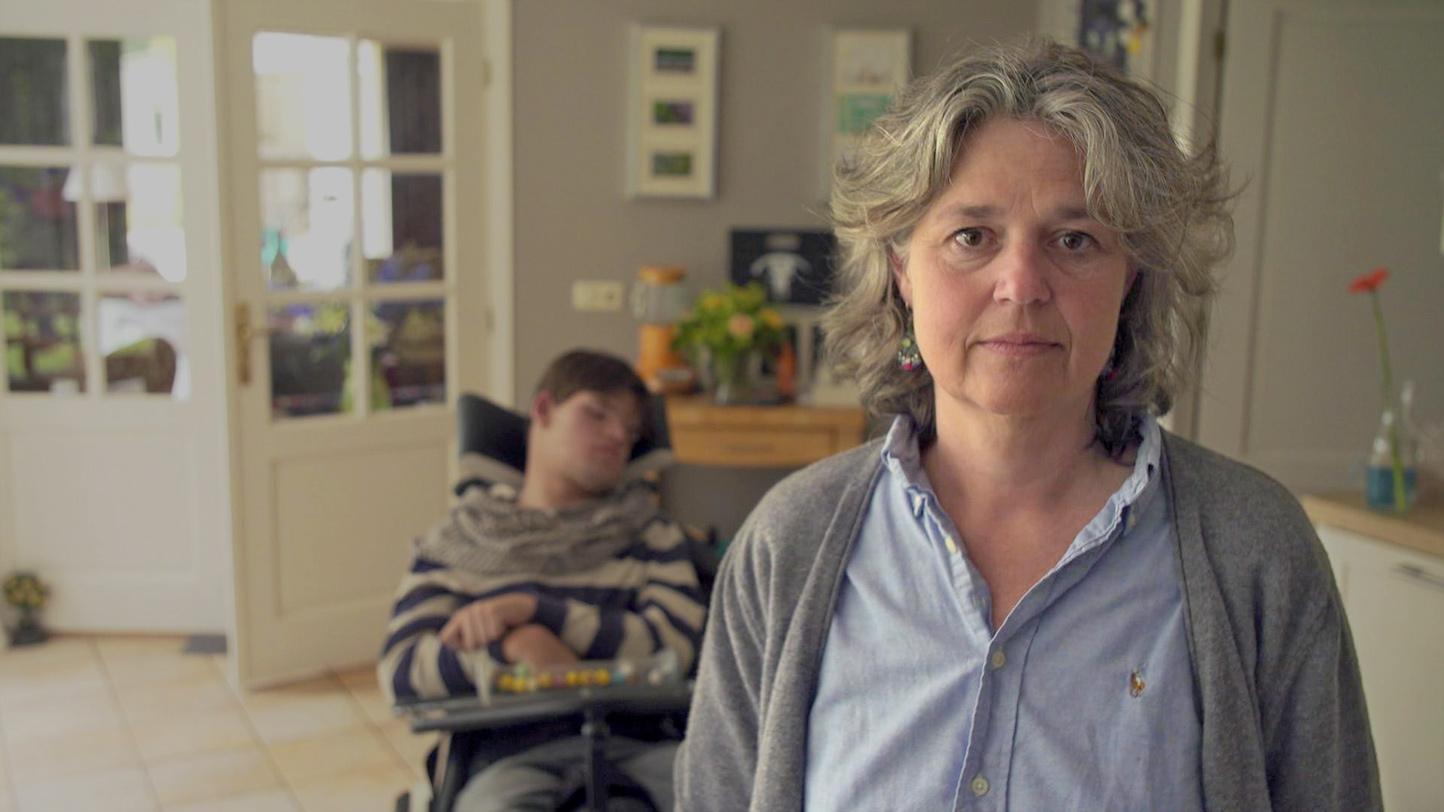 Sarike van Zoeten en haar zoon Bram die een meervoudige beperking heeft