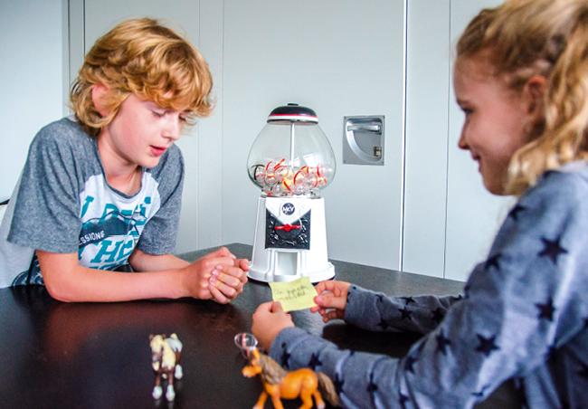 Kauwgumballenautomaat en robotbal voor de ontwikkeling van kinderen