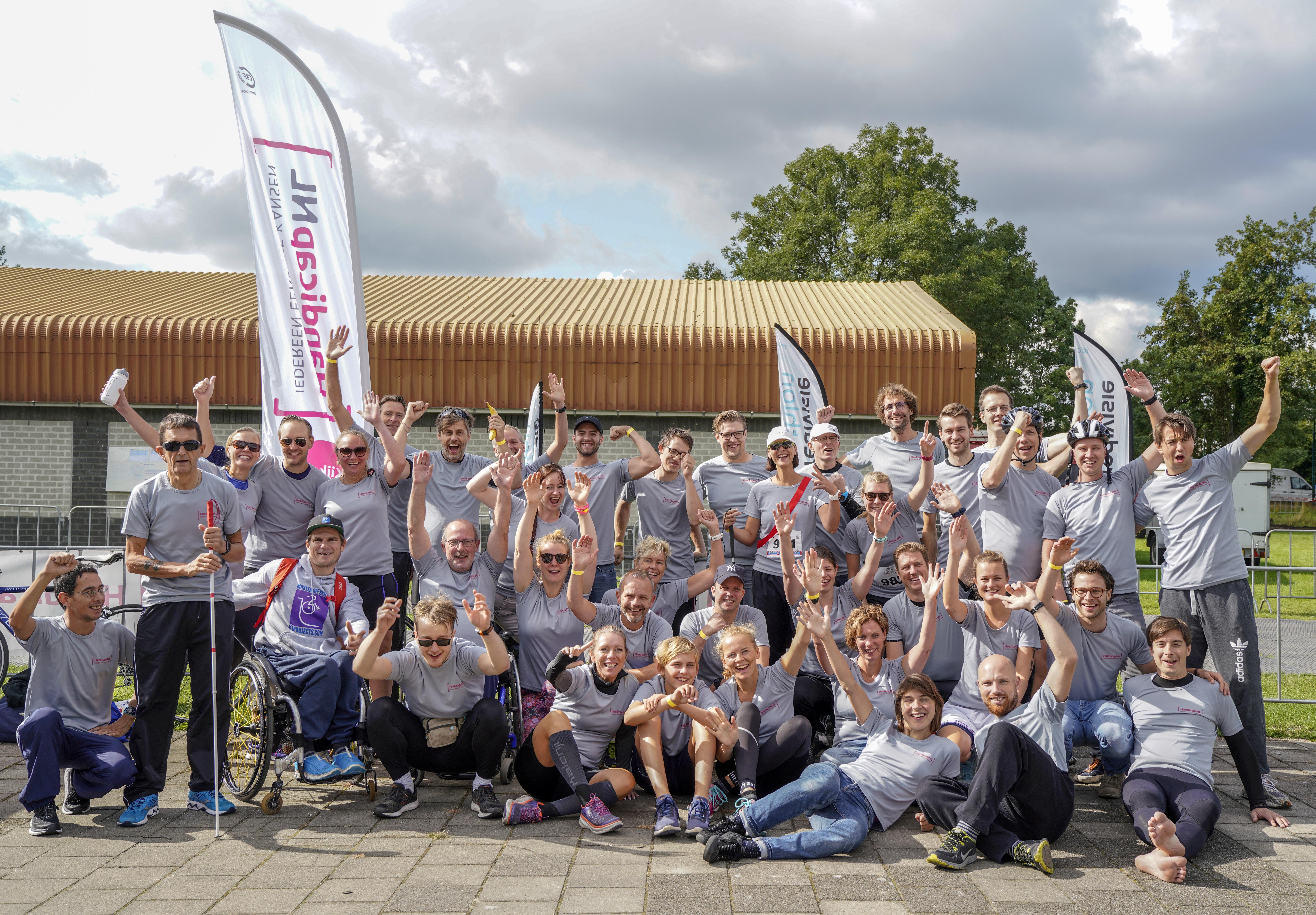 Groepsfoto van de deelnemers aan de Sponsor Team Triathlon serie van HandicapNL tijdens Triathlon Veenendaal.