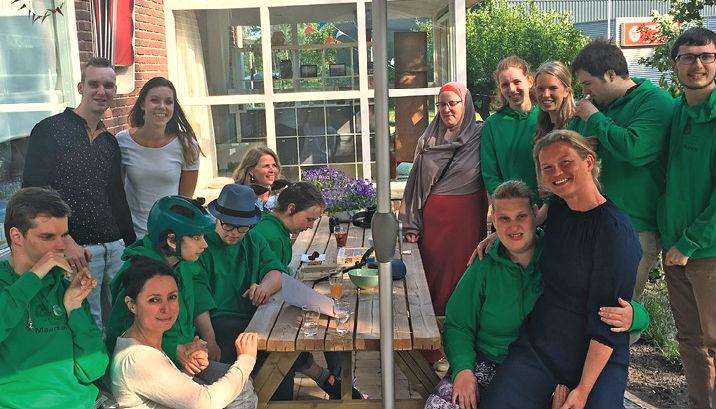 Groep mensen bij picknicktafel bij ZilverEsdoorn.