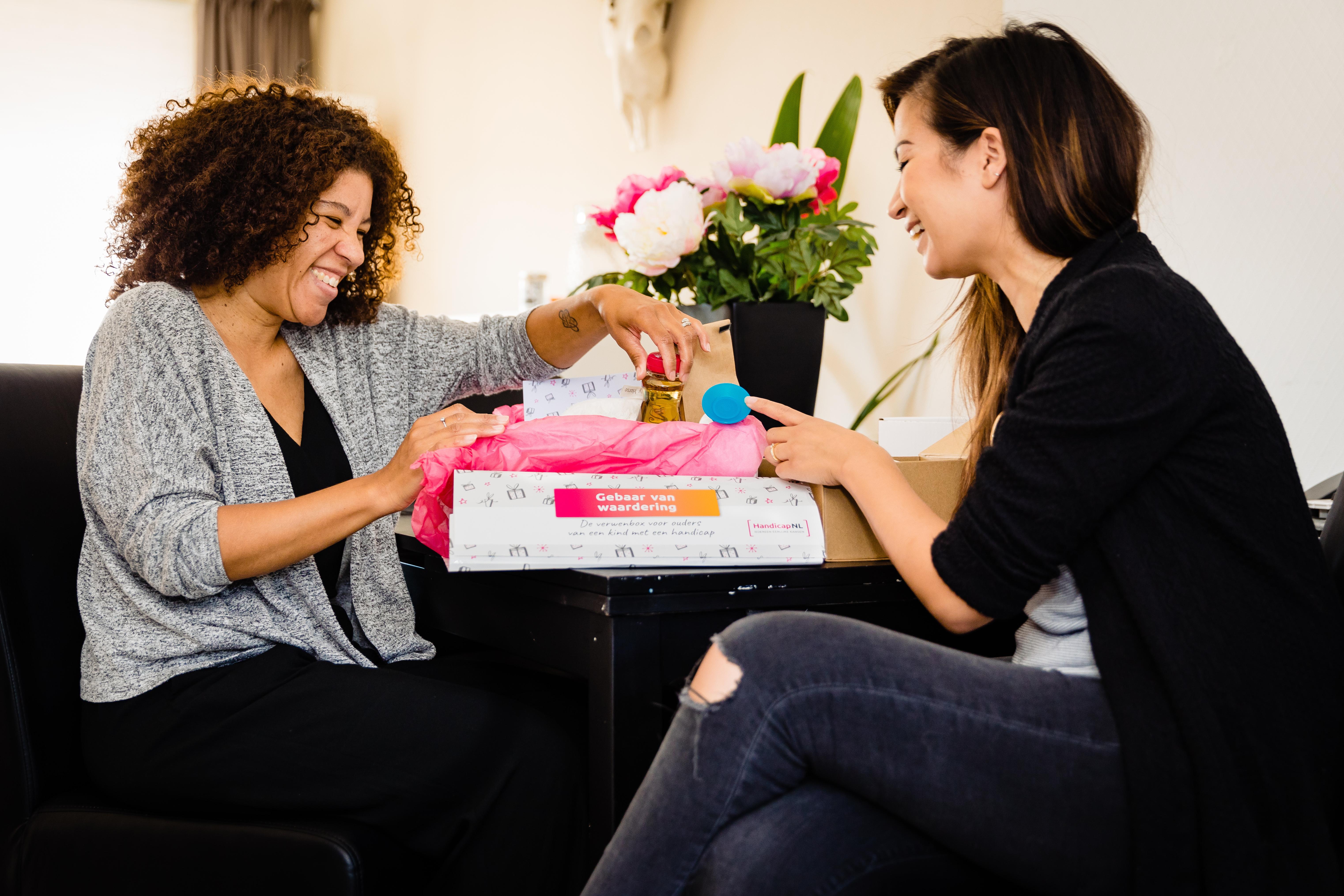 Vlogster Serena Verbon reikt een Gebaar van Waardering (doos) uit aan haar vriendin.