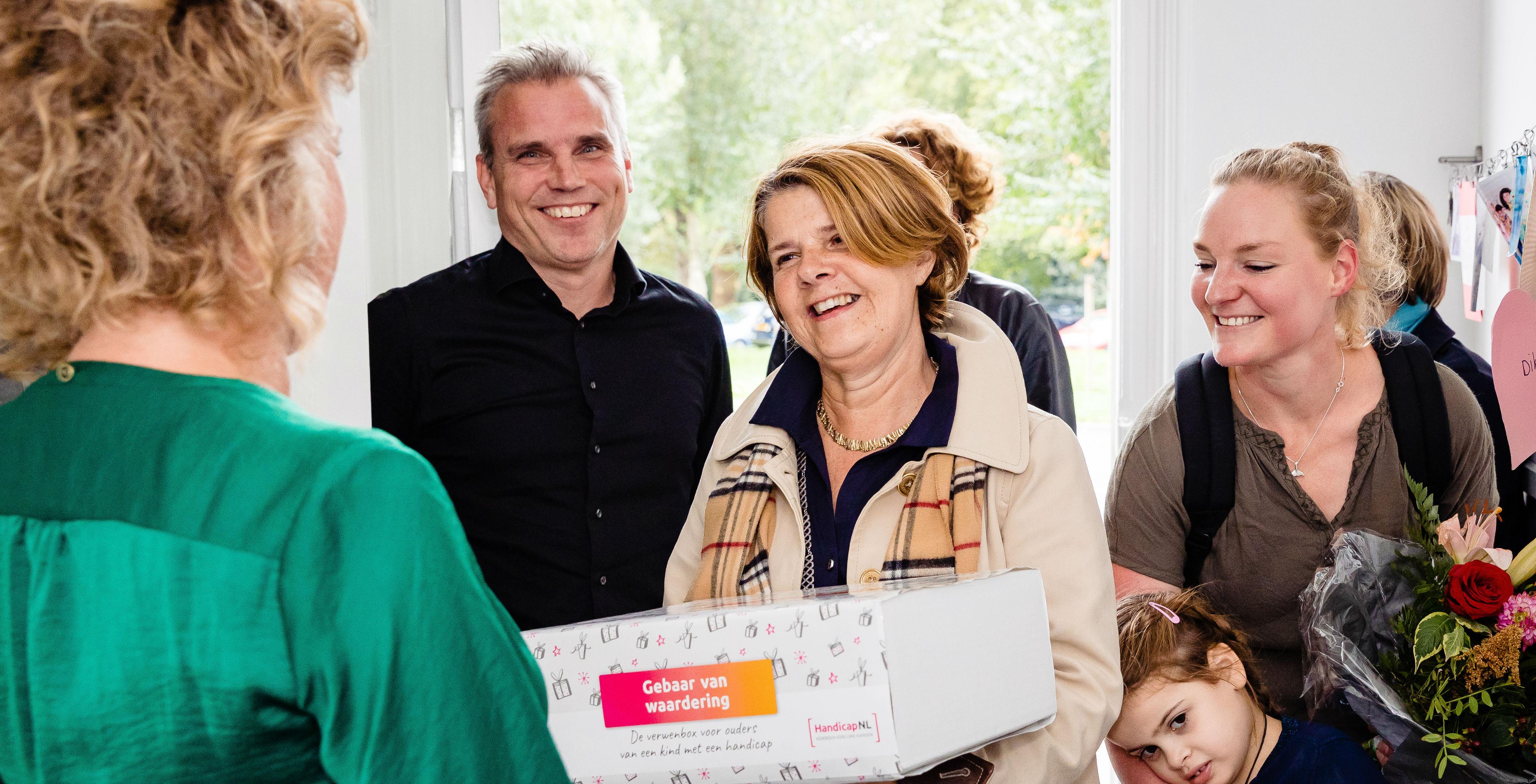 Marja van Bijsterveldt verrast een gezin met het Gebaar van Waardering.