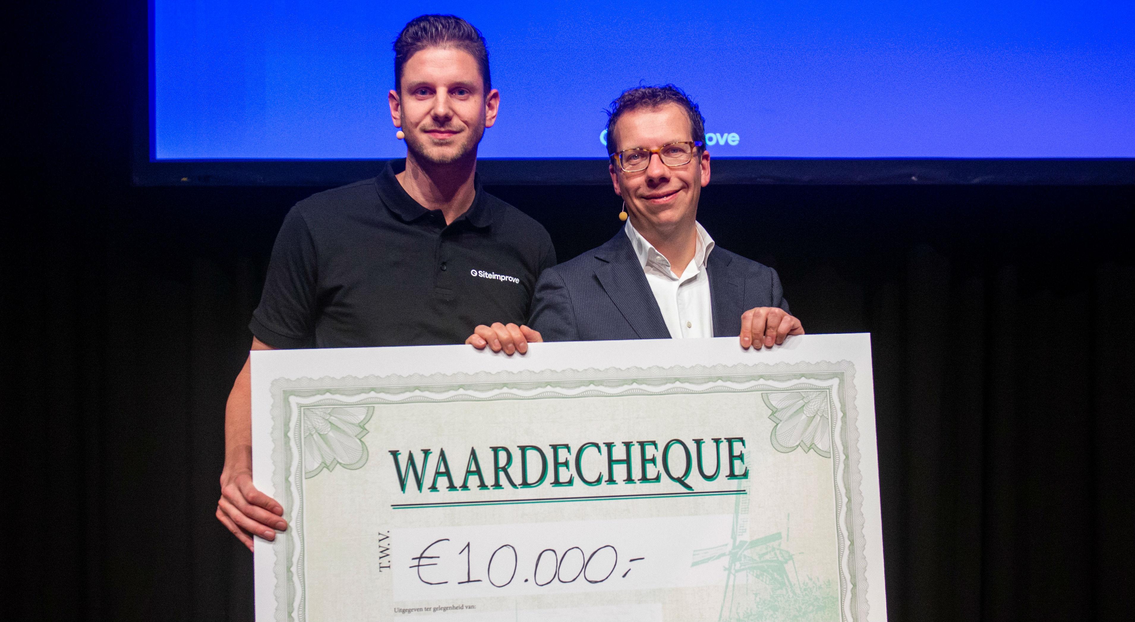 Auke Grondsma en Jeroen van de Koppel met de cheque van tienduizend euro tijdens Web Accessibility Live.