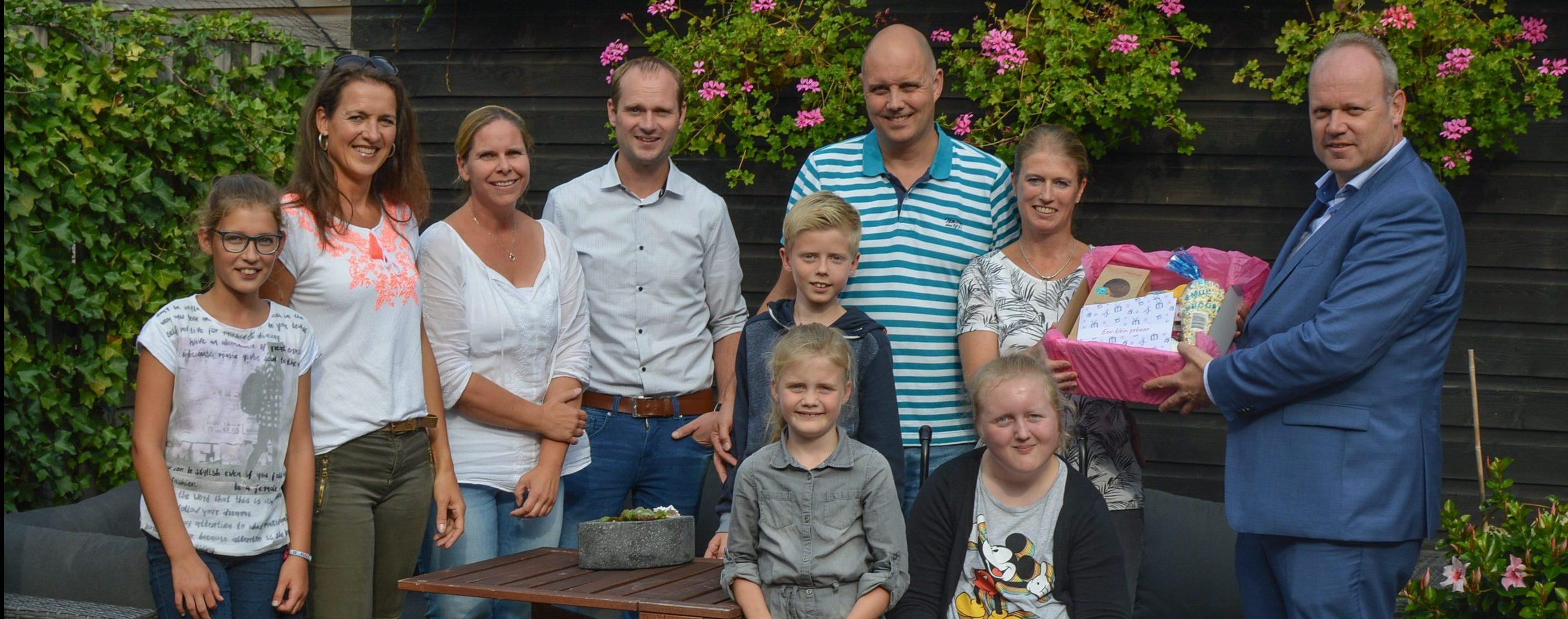De familie Reddering samen met wethouder Tigelaar en de buren de hun het Gebaar van Waardering zo gunnen.