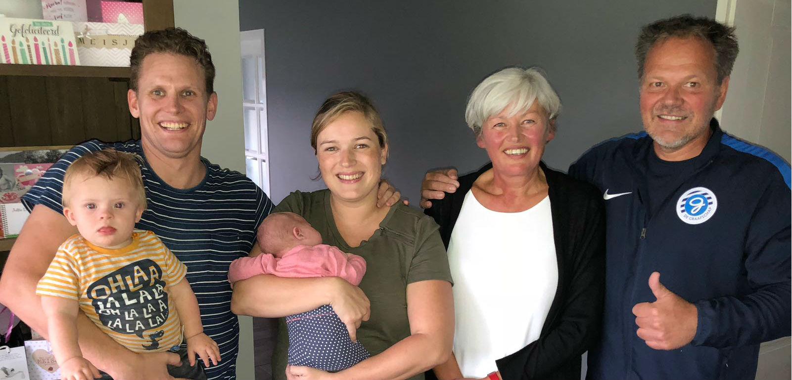 De Graafschap trainer Henk de Jong op de foto met ontvangend gezin van het Gebaar van Waardering.