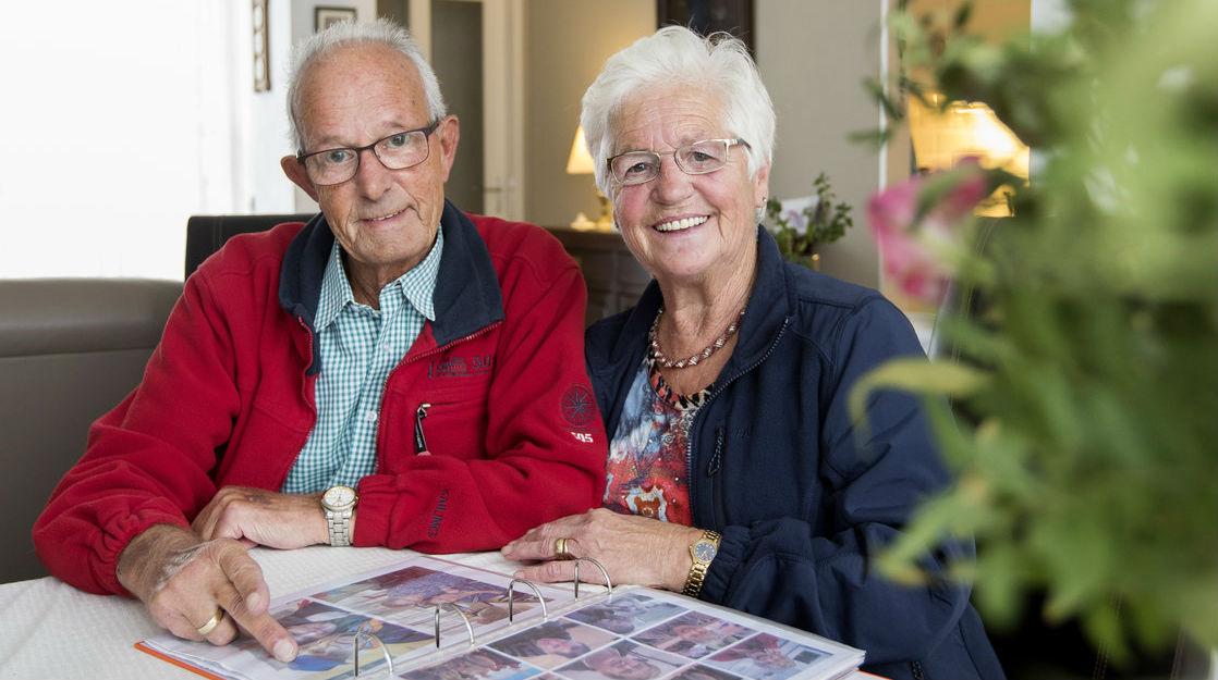 Gerrie en Sjef bekijken samen foto's.