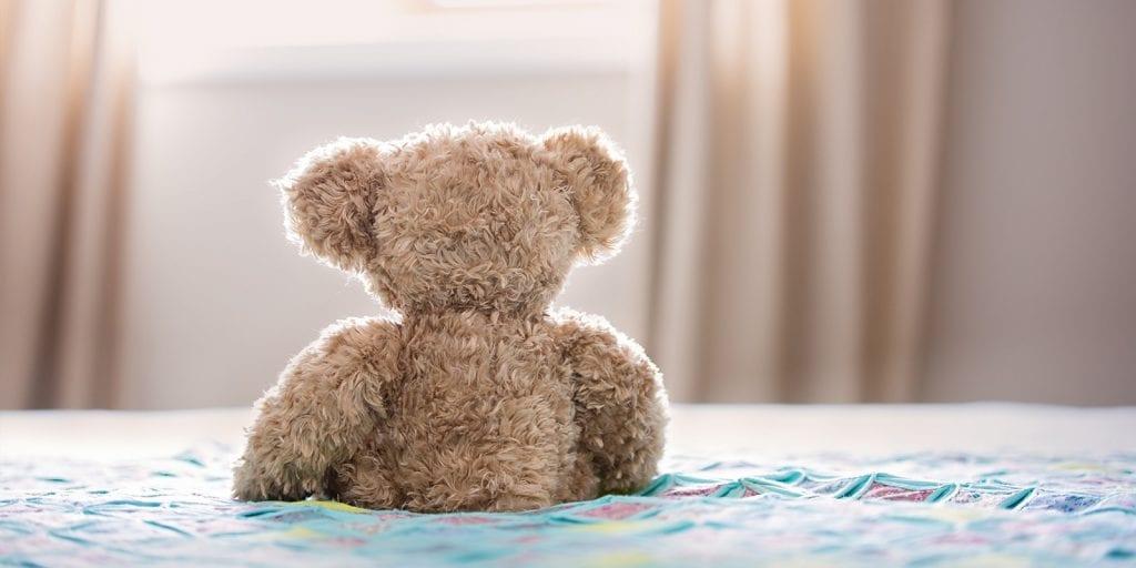 knuffelbeer op bed