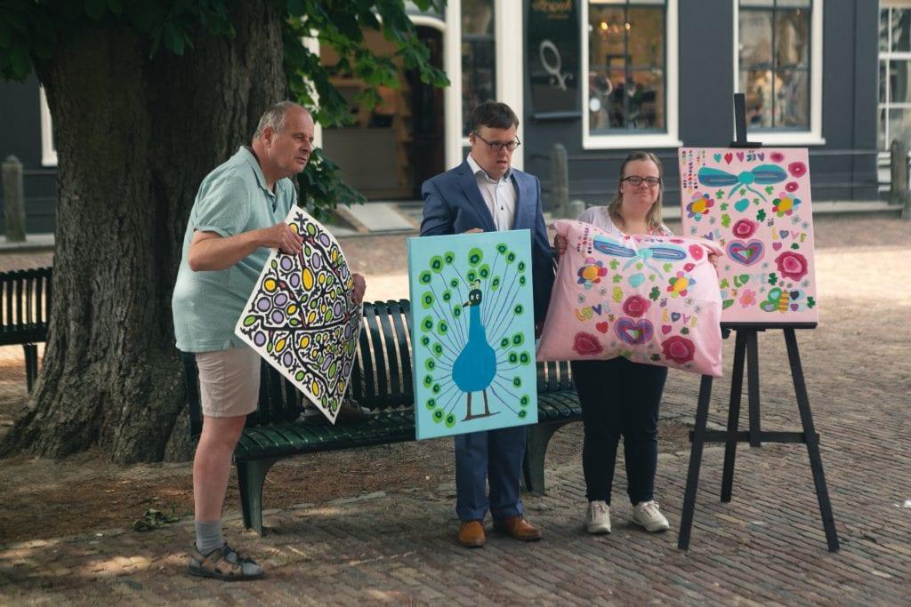 Arie, Patrick en Martine tijdens de fotoshoot met hun kunstwerk