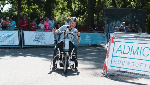 Rolf Leefkens op zijn handbike tijdens de HandicapNL Triathlon