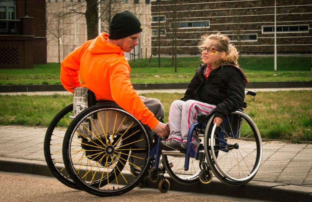 Kees-Jan van Klooster en een leerling tijdens een training van Roll4Kids.