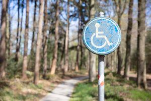 rolstoel icoon bij bospad