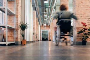 wajong vrouw in rolstoel bij bedrijf