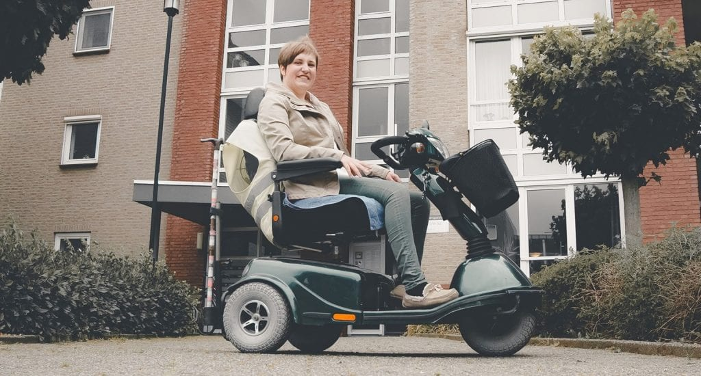 Naomi Lindelauf in haar elektrische rolstoel