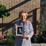 Collectant Joke Koning met een foto van Hans.