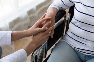 afhankelijk van verzorgende vanwege handicap