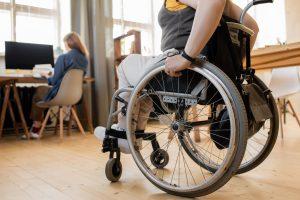 World Smile Day - vrouw in rolstoel op werk
